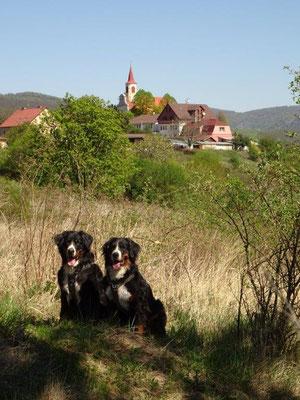 Vreni und Selma vor dem Dubitzer Kirchlein