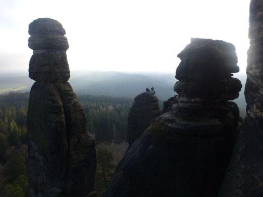 Die Barbarine (links im Bild) darf nicht mehr erklettert werden, jedoch laden zahlreiche andere Gipfel zum Klettern ein.