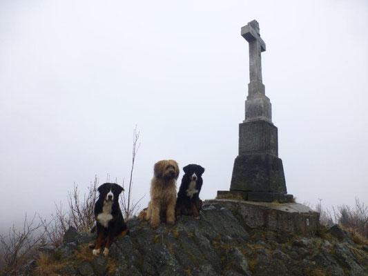 Das steinerne Kreuz auf dem Gipfel des Sattelberges wurde neu errichtet und im Jahre 2014 geweiht