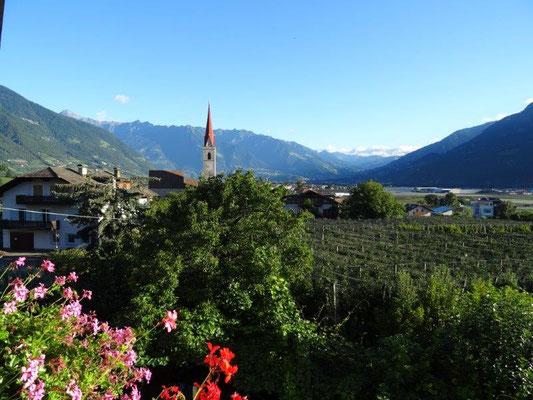 Blick von unserem Hotelzimmer auf die Kirche von Niederlana