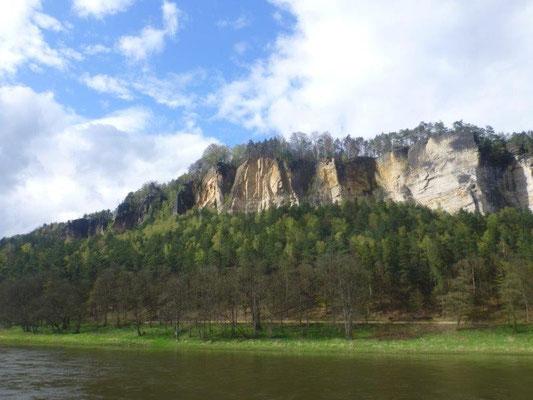 Blick auf die weißen Sandsteinwände der ehemaligen Steinbrüche