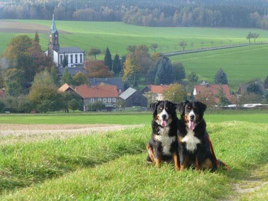 Gusti und Vreni auf den Wiesen bei Rosenthal