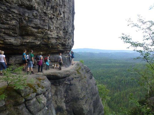 Über dieses schmale Felsband führt der Weg zur Idagrotte