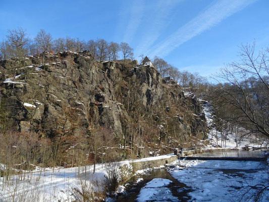 Blick von der Zschopaubrücke zu den mächtigen Felsen unterhalb der Burg