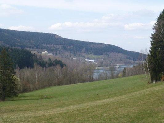 Blick zum Pumpspeicherwerk, im Hintergrund auf dem Hügel das Oberbecken