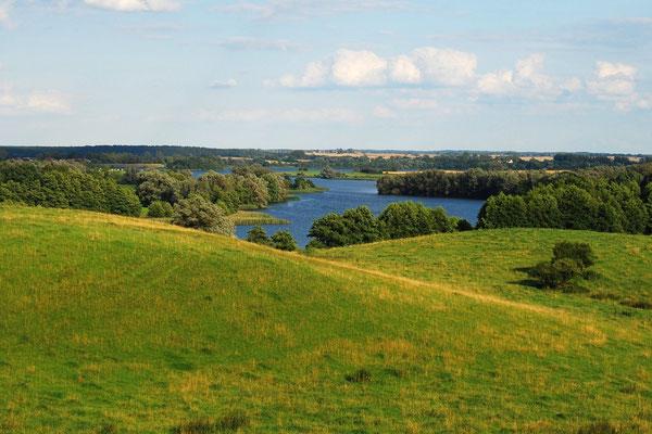 Weite Hügel- und Seenlandschaft in der Umgebung
