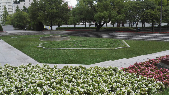 Der Hannovergarten in Hiroshima. Hier könnte man mal wieder Rasenmähen. Die Vorlage für den Garten die königlichen Gärten Herrenhausen schauen gepflegter aus...