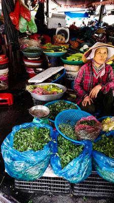 Einkaufen auf dem Markt in Hoi An für den Kochkurs. Kräuterstand auf dem Markt