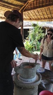 Mario mahlt den eingeweichten Reis für die Reismilch, daraus machen wir später Pfannkuchen