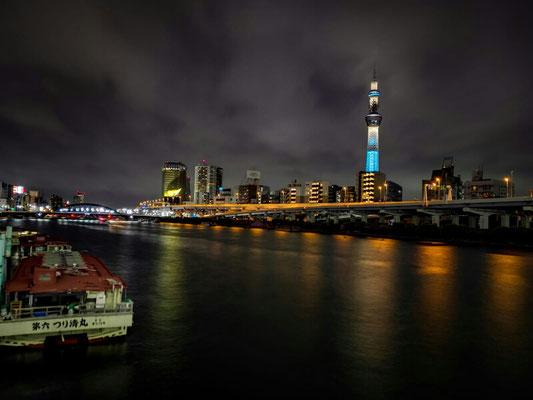 Skytower in Tokyo bei Nacht