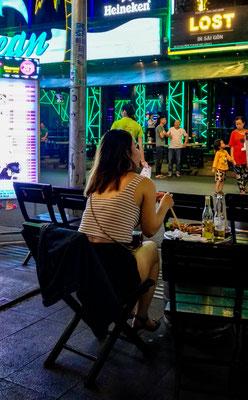 Partymeile Bui Vien Street - bei einem Bier beobachten wir den Trubel