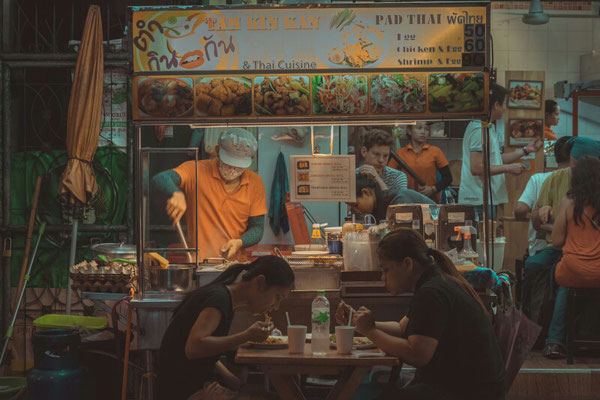 Bangkoks Straßen bei Nacht