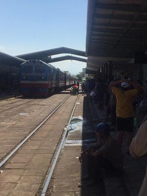 Warten auf dem Zug. 9 Stunden von Nha Trang bis Da Nang