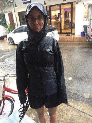 Man merkt es ist Regenzeit. Zum Glück haben wir Regenjacken dabei