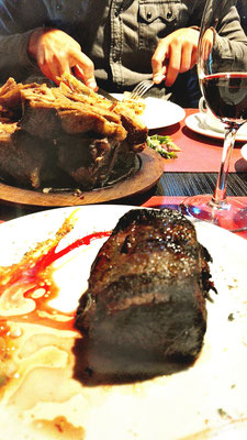 "Nessis bestes Steak, dahinter die Fleischplatte ""Patagonia Lamb"""