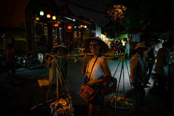 Vanessa mit Obsttrage und Reishut... das wohl teuerste Foto