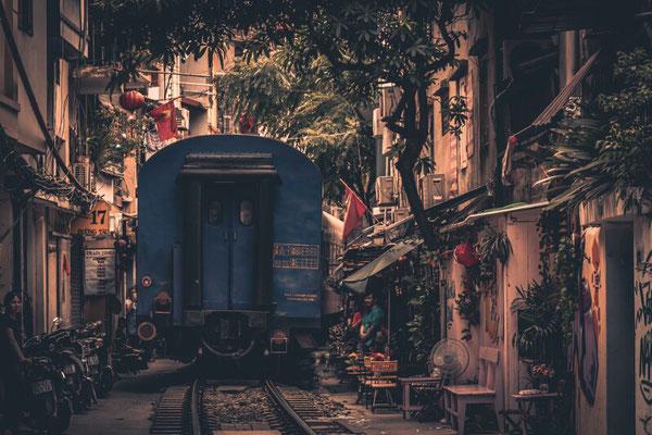 Der Zug aus Ho Chi Minh quetscht sich durch die Gasse, der sogenannten Trainstreet