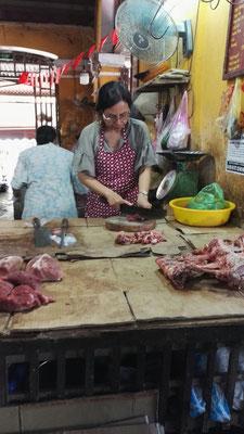 Frisches Fleisch und Knochen für die Rinderebrühe