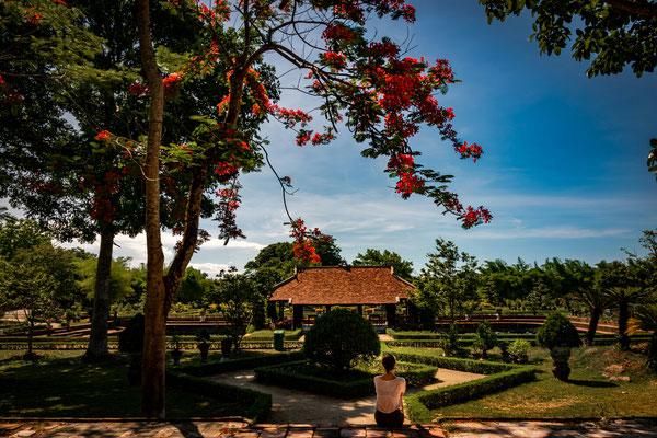 In Hue besuchen wir den königlichen Palast bzw. die verbotene Stadt... hier sitzt Vanessa im königlichen Garten