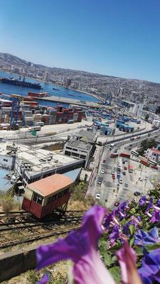"""""""Bergbahn"""" in Valparaiso mit Blick auf den Hafen"""