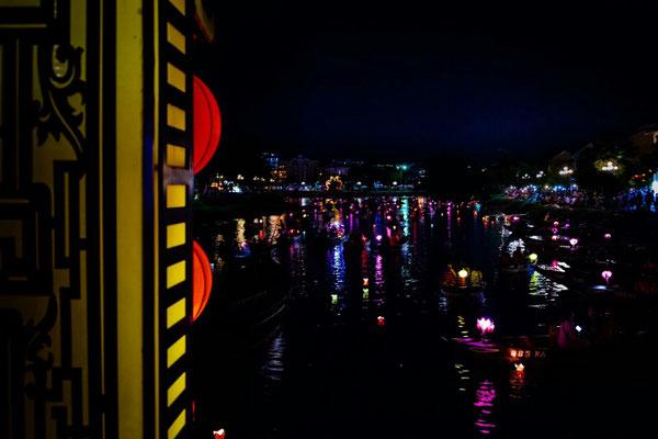 Lichtermeer auf dem Fluss