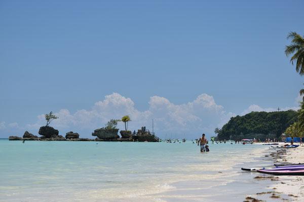 Boracay. Der Schein trügt, die Insel ist ein einziger Müllhaufen samt Müll im Meer, am Strand... überall!