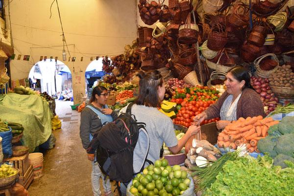 Vanessa kauft Gemüse bei der Gemüsefrau. Im Bedarfsfall wäre auch noch ein Korb zu erwerben gewesen.