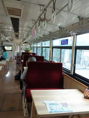 森の列車カフェ車内