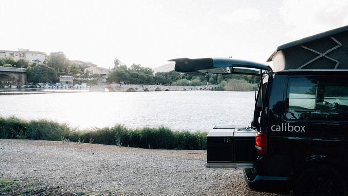 Schöner Campingplatz mit Blick auf die alte Römerbrücke vor Fertilia