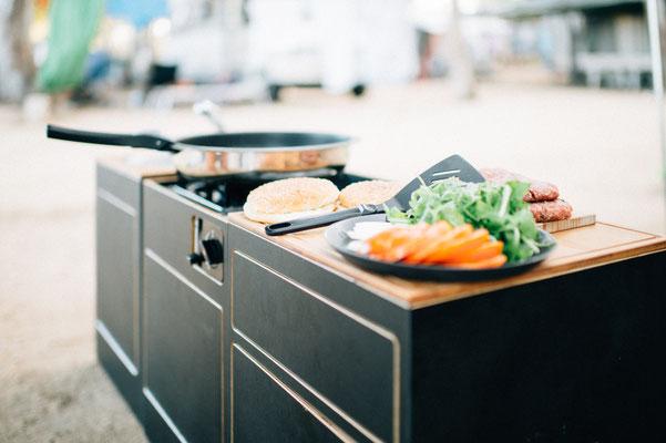 Module in der Reihe angeordnet zum gemütlichen Kochen beim Campen