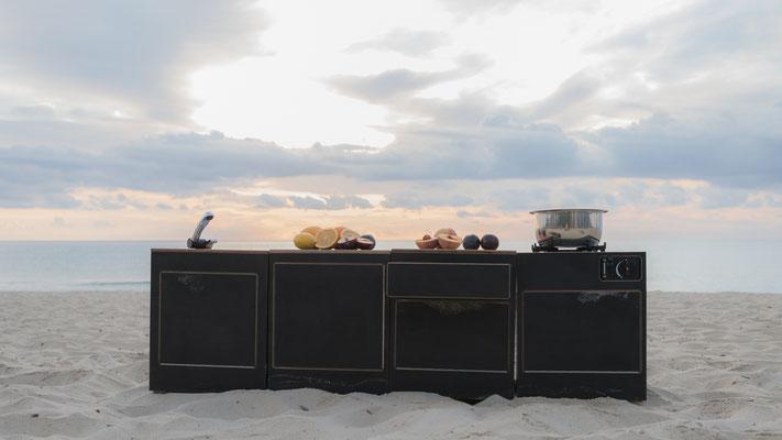 Frühstück mit Modulküche in der Reihe am Strand