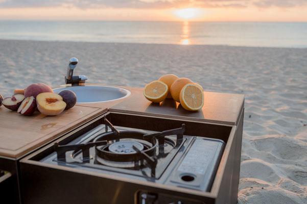 Mit dem Gaskartuschenkocher gemütlich am Strand kochen