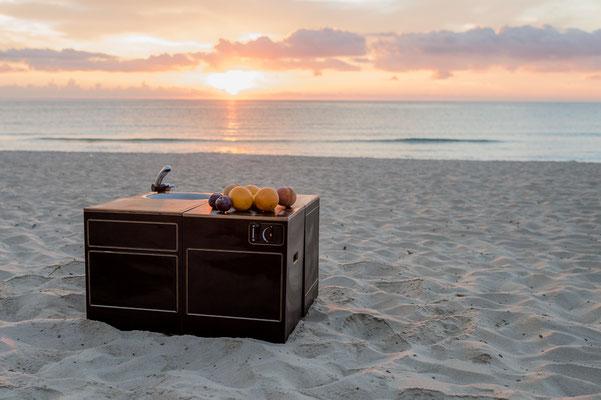 Sonnenaufgang an der Costa Rei mit Modulen in Vierergruppe zum gemütlichen drumherum sitzen