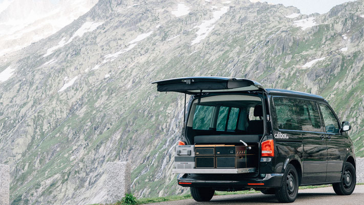 Heckauszug mit Heckküche mit Hintergrund der Alpen
