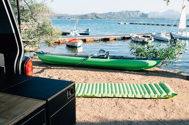 Komfortable Luftmatratze zum gemütlichen Liegen vor dem Bus oder am Strand
