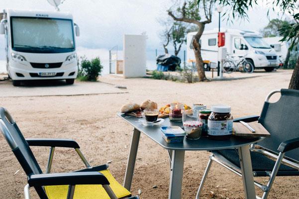 Frühstück am Campingplatz Capo Ferrato in zweiter Reihe