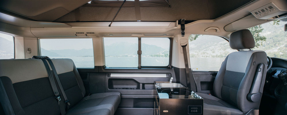 Innenküche hinter dem Beifahrersitz vom VW Califonia