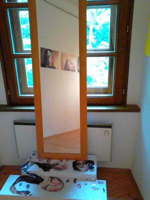 Ausstellungsansicht partizipatorische Station, Frauen(an)sichten, Schloß Ulmerfeld 2015