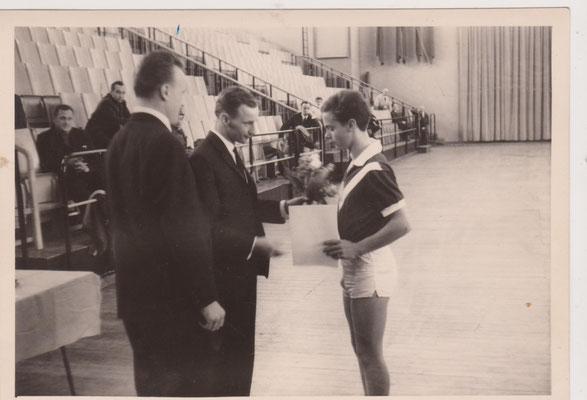 Herbert Jenter gratuliert dem Käptan Molli zum Gwinn des Pokals