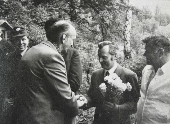 Walter Lückert beglückwünscht Robert Neugebauer