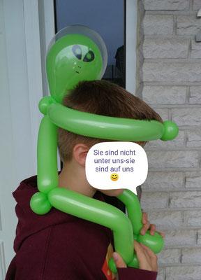 Außerirdischer Ballon als Hut