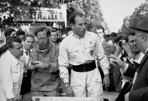 Mille Miglia 1955 in Italien vom 30. April bis 1. Mai 1955: Stirling Moss gewinnt das legendäre Straßenrennen mit seinem Beifahrer Denis Jenkinson auf Mercedes-Benz Rennsportwagen 300 SLR (W 196 S) in der besten je erzielten Zeit.