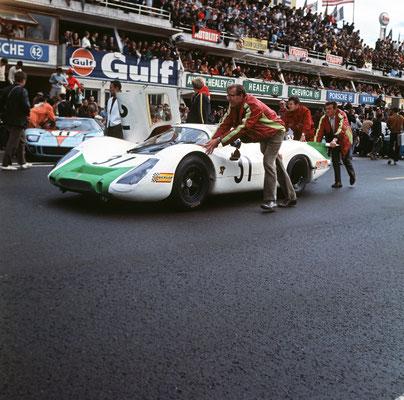 29.09.1968 24 Stunden von Le Mans; Nr. 31: Jo Siffert und Hans Herrmann mit Porsche 908 LH Coupé; hinten Hans Mezger