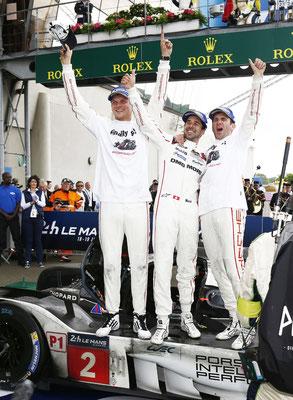 Gesamtsieger in Le Mans 2016: Porsche 919 Hybrid mit Marc Lieb, Neel Jani und Romain Dumas (v.l.n.r.)