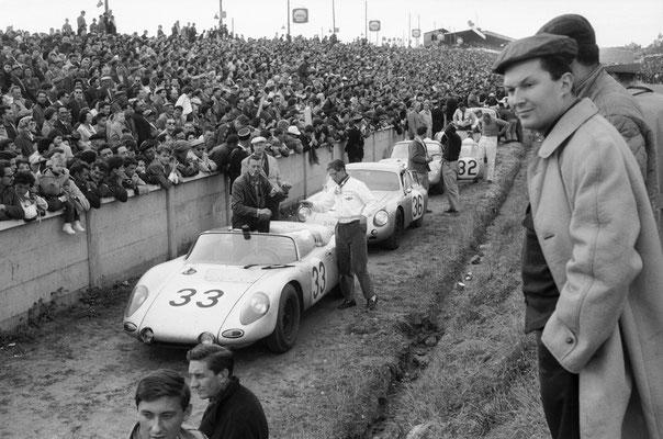 11.06.1961 - 24 Stunden von Le Mans: Hans Herrmann und Edgar Barth im Porsche 718 RS `61 Coupé (Nr. 32) 7. Pl. Ges.Kl.; Bob Holbert und Masten Gregory auf einem 718 RS `61 Spyder (Nr. 33), 5. Pl. Ges.Kl. (1. Pl. in der Sport-Klasse bis 1.600 ccm Hubraum)