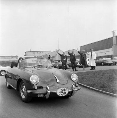 1962: Neuwagenabholung eines Porsche 356 B.