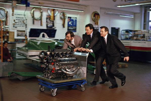 Hans-Joachim Esch, Helmut Flegl und Hans Mezger (vlnr) mit dem Motor Typ 2708, 1990.