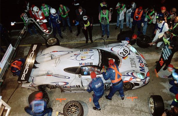 Le Mans 1998: Siegerfahrzeug Porsche 911 GT1 `98 (Nr. 26), Fahrer: Allan McNish, Stéphane Ortelli und Laurent Aiello, im Hintergrund Norbert Singer