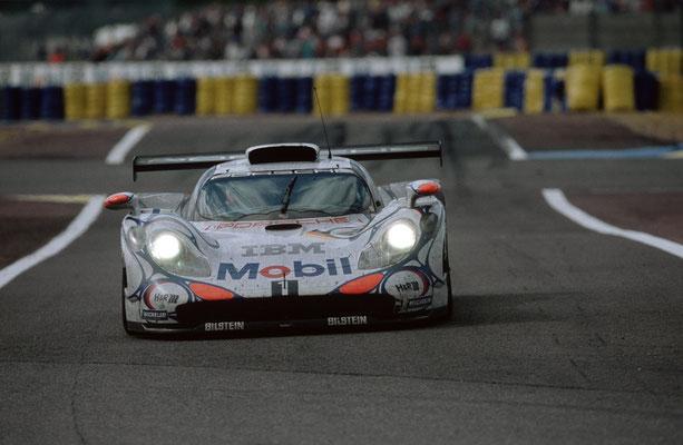 1998: Porsche 911 GT1 Rennversion in Le Mans (Siegerfahrzeug); Fahrer: Allan McNish, Stephane Ortelli und Laurent Aiello
