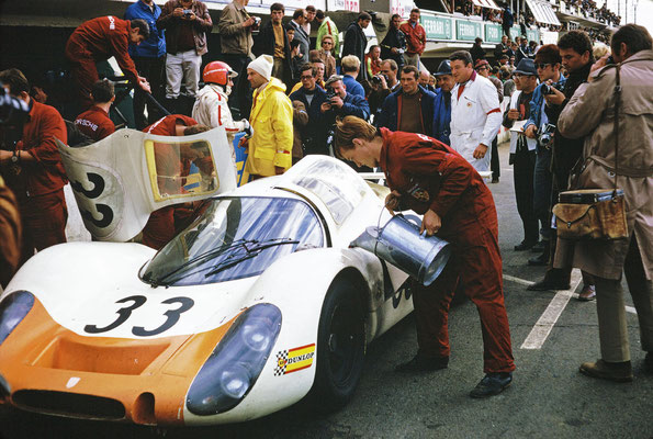 Le Mans 1968: Porsche Typ 908 LH Coupé, Rolf Stommelen (mit rotem Helm), rechts daneben Ferdinand Piëch